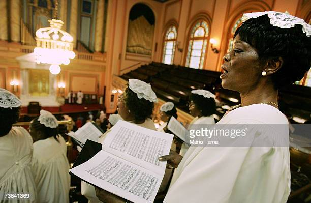 Choir members sing during Easter service in Harlem at Mount Olivet Baptist Church April 8 2007 in New York City The historic church was built in 1907...