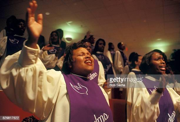 choir members singing in church service - gelovige stockfoto's en -beelden
