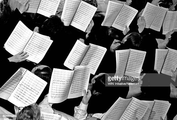 choir with notes in hands, overhead view - orquestra - fotografias e filmes do acervo