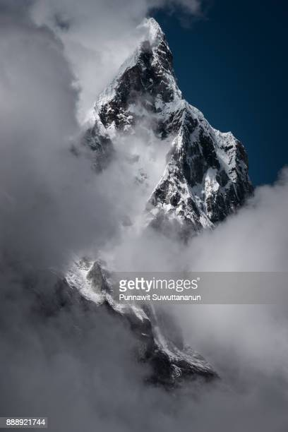 cholatse mountain peak covered by cloud, everest region, nepal - land geografisches gebiet stock-fotos und bilder