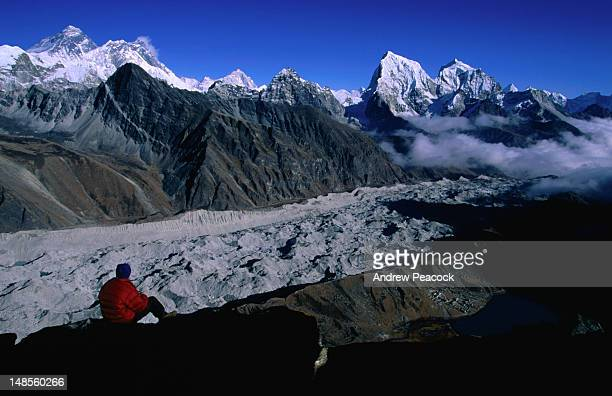 cholatse on right and mt everest (8848m) in distance from gokyo-ri. - gokyo ri ストックフォトと画像