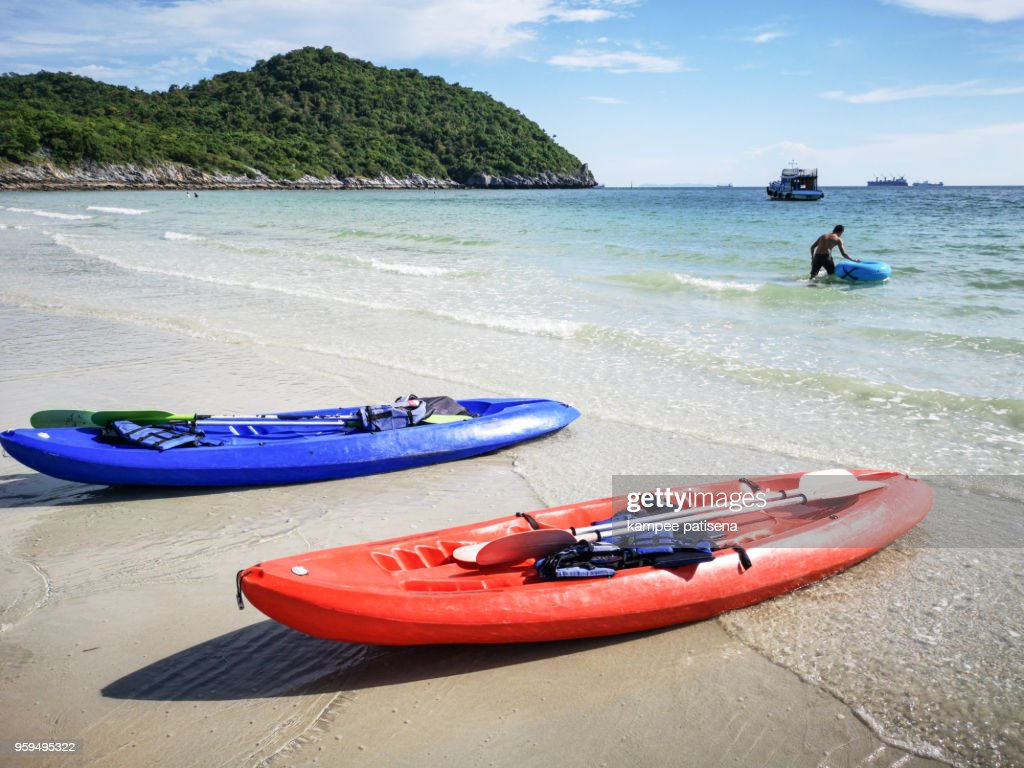 Chonburi, Thailand-May 6, 2018: Unidentified tourist swimming at Jhakhrapong Point (End of Tham Pang Point). famous beach at Sichang island in Thailand. : Stock-Foto