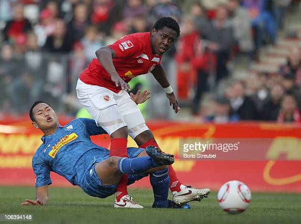 Chong Tese of Bochum battles for the ball with De Oliveira Bernardo of Cottbus during the Second Bundesliga match between FC Energie Cottbus and VfL...