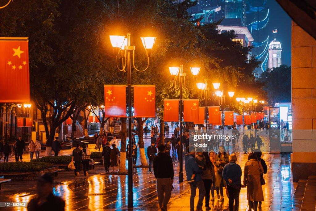 夜の重慶商店街、中国 : ストックフォト