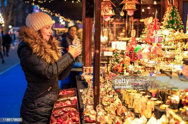 die wahl eines geschenks an einem weihnachtsmarktstand - edinburgh stock-fotos und bilder
