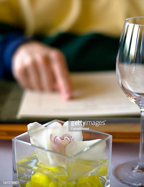 &」の昼食メニューを選択すると、内部のワインリストのボトルを注文