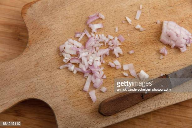 chopped shallot. - echalote fotografías e imágenes de stock