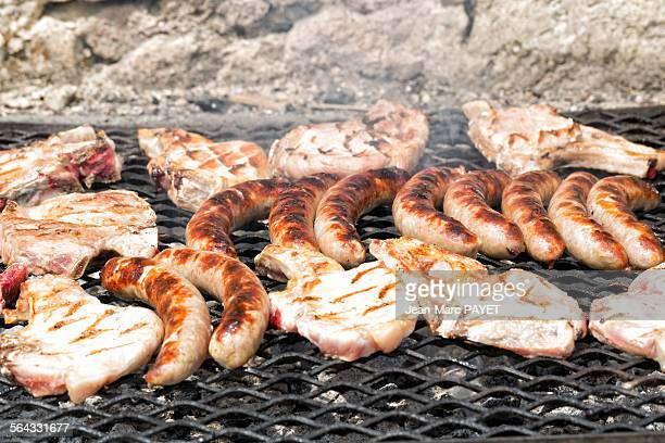 chops and pork sausages cooked on the barbe - jean marc payet photos et images de collection