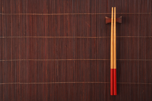 chopsticks on bamboo mat 177104339