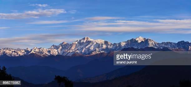 chopta, tungnath-chandrashila trek, panoramic view of the himalayan peaks like kedarnath, meru, sumeru, ganesh parwat, chaukhamba, bandarpunch, nilkantha, tirsuli, nanda devi. - meru filme stock-fotos und bilder