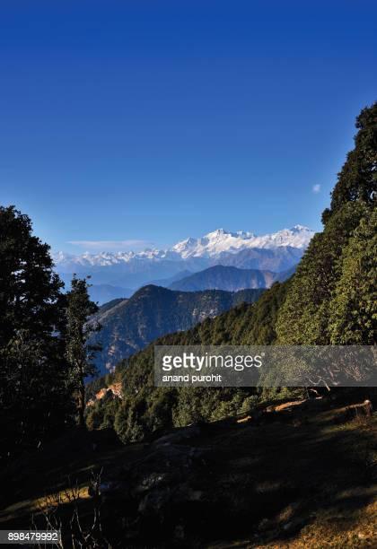 chopta, tungnath-chandrashila trek, uttarakhand, india, panoramic view of the himalayan peaks like kedarnath, meru, sumeru, ganesh parwat, chaukhamba, bandarpunch, nilkantha, trishul, nanda devi. - meru filme stock-fotos und bilder