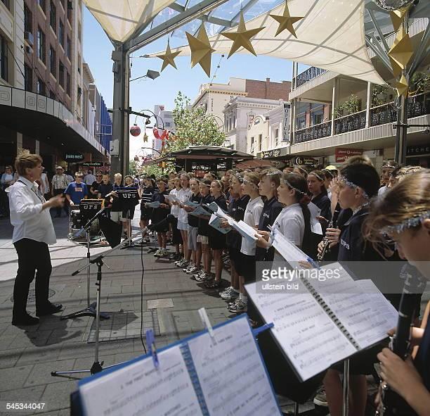 Chor und Musiker bei einem Weihnachtskonzert in der Bundle Mall in Adelaide  2000 9a508b200cd