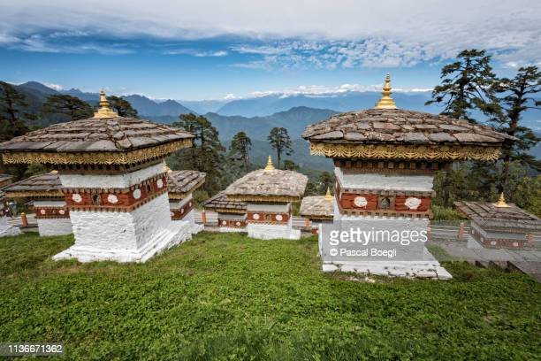 chortens and panorama at the dochula pass, bhutan - dochula pass stock-fotos und bilder