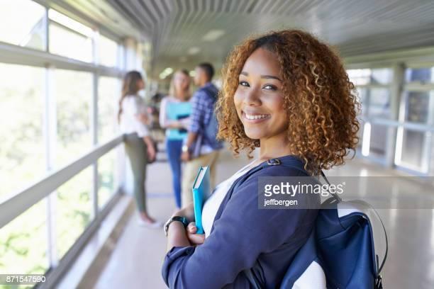 eu escolhi a melhor faculdade para continuar meus estudos - estudante universitária - fotografias e filmes do acervo