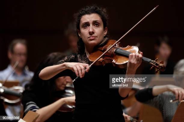 Chouchane Siranossian gastiert in Begleitung des Anima Eterna Brugge unter der Leitung des belgischen Dirigenten Jos Van Immerseel Philharmonie Köln