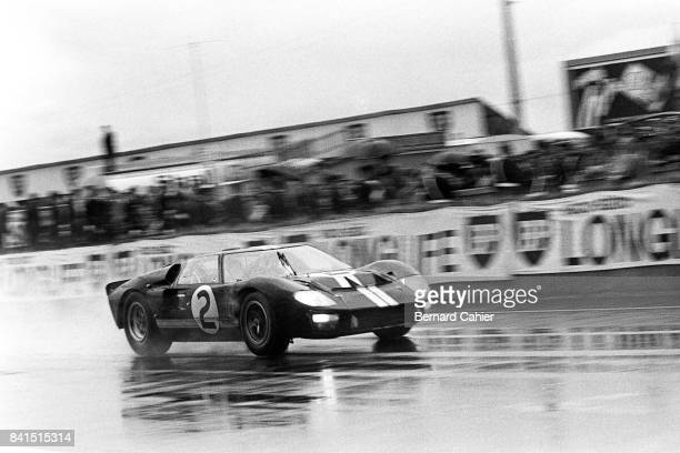 Chris Amon, Bruce McLaren, Ford Mk II, 24 Hours of Le Mans, Le Mans, 19 June 1966. The Ford Mk II of Bruce McLaren and Chris Zamon racing towards...