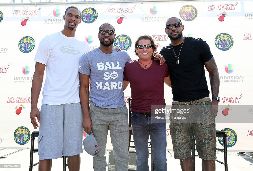 ¿Cuánto mide Carlos Vives? - Altura - Real height Chris-bosh-dwyane-wade-carlos-vives-and-lebron-james-participate-in-picture-id159793860