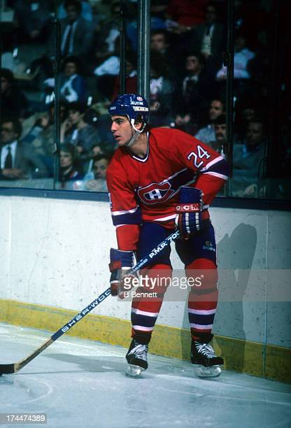 Chris Chelios of the Montreal Canadiens skates with the puck during an NHL game against the New York Islanders on November 12 1985 at the Nassau...