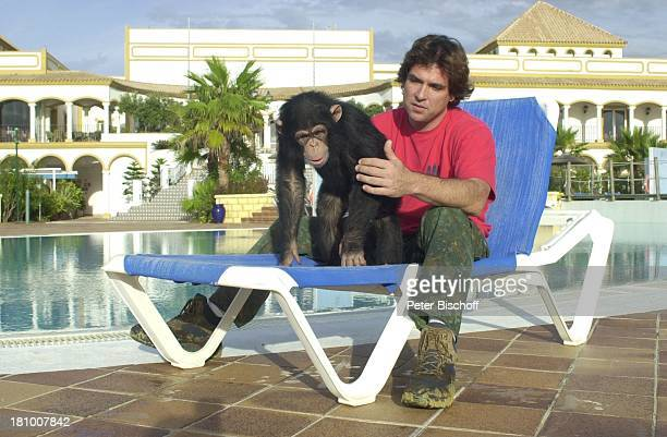 "Chris Edrington, Schimpanse Charly , neben den Dreharbeiten, ZDF-Serie ""Unser Charly"", Folge: ""Charly in Spanien"", ""Costa de la Luz"", bei Chiclana,..."