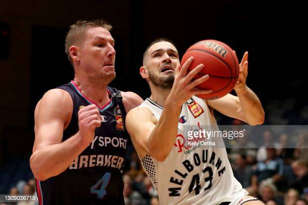 Chris Goulding of United drives to the basket during the round 11 NBL match between the New Zealand Breakers and Melbourne United at Bendigo Stadium...