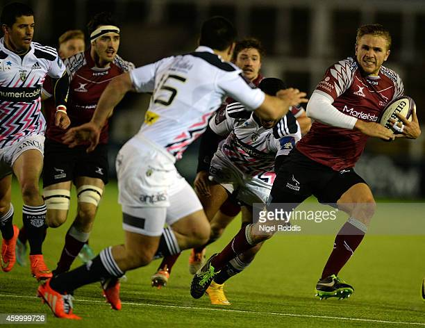 Chris Harris of Necastle Falcons runs past Paul Williams of Stade Francais Paris during the European Rugby Challenge Cup group G match between...
