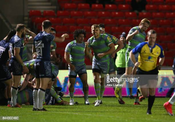 Chris Harris of Newcastle Falcons celebrates with team mates after they are awarded a penalty try to win the match during the Aviva Premiership match...