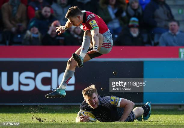 Chris Harris of the Newcastle Falcons scores a try during the Aviva Premiership match between Harlequins and Newcastle Falcons at Twickenham Stoop on...