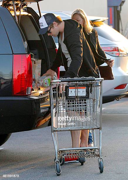 Chris Hemsworth is seen shopping at Whole Foods Market with his mother, Leonie Hemsworth on January 09, 2014 in Los Angeles, California.