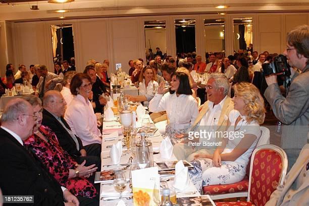 Chris Howland Ehefrau Monica Vervolet Grit Berthold Ehemann Sitzend rechte Seite des Tisches vlnr Marie Versini Claus Wilcke Ehefrau Janine Amann...