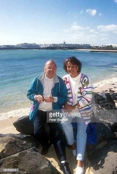 Chris Howland Ehefrau Monica Vervolet Lanzarote/Spanien Atlantik Insel Moderator Frau Familie Urlaub Meer Strand Promis Prominente Prominenter