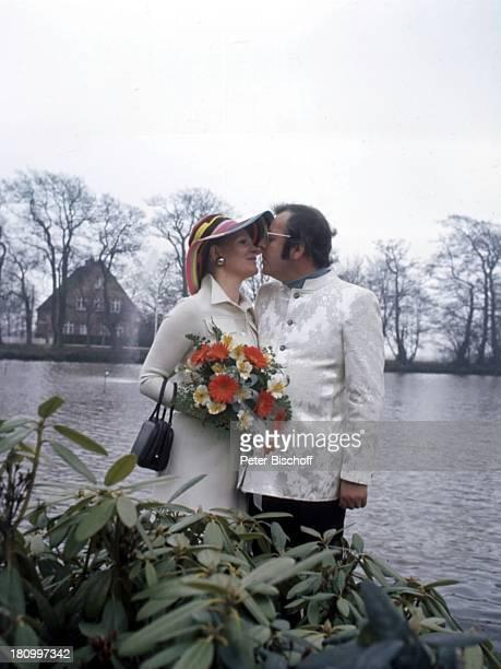 Chris Howland, Ex-Ehefrau Teddy Annegret Korf, Hochzeit, Tondern/Dänemark, , Moderator, Frau, Familie, Brille, Busch, Blume, Pflanze, Strauss, Hut,...