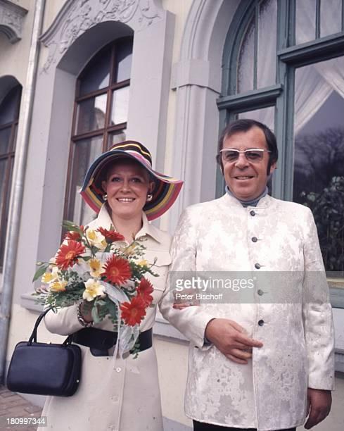 Chris Howland, Ex-Ehefrau Teddy Annegret Korf, Hochzeit, Tondern/Dänemark, , Moderator, Frau, Familie, Brille, Blume, Strauss, Hut, Handtasche,...