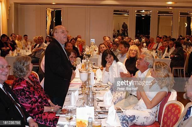 Chris Howland Grit Berthold Ehemann Sitzend rechte Seite des Tisches vlnr Marie Versini Claus Wilcke Ehefrau Janine Amann Verleihung vom Karl...