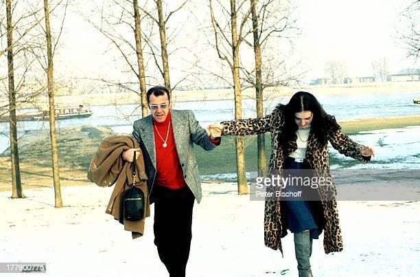 Chris Howland Tochter Sharon Ausflug Rheinufer Köln NordrheinWestfalen Deutschland Europa Rhein Ufer Kies Schiff Schnee Bäume Brille Schauspieler...