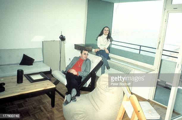 Chris Howland Tochter Sharon Homestory Köln NordrheinWestfalen Deutschland Europa Appartement Wohnzimmer Stuhl Tisch Sofa Sitzsack Balkon Brille...