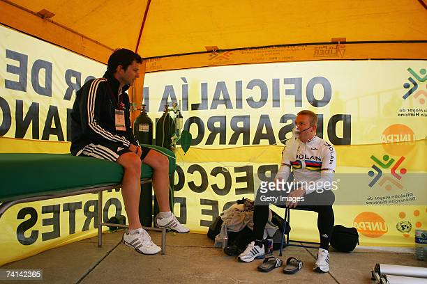 Chris Hoy of Great Britain in discussion with sports scientistScott Gardner in preparations before his failed attempt to break the World 1 Kilometre...