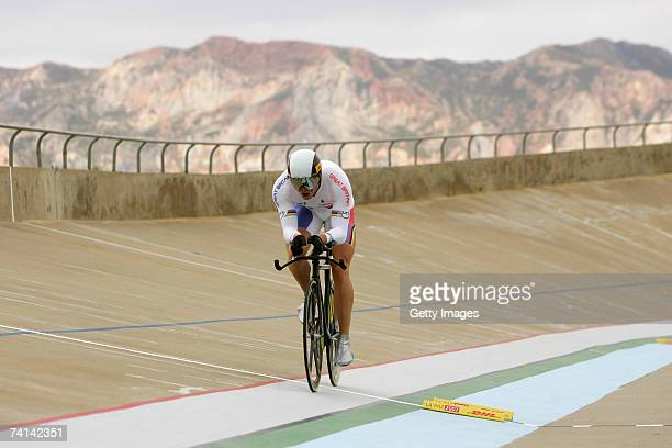 Chris Hoy of Great Britain on his second lap during his failed attempt to break the World 1 Kilometre Altitude Record at the Alto Irpavi Velodrome...