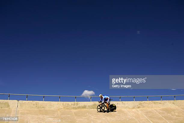 Chris Hoy of Great Britain on his way to breaking the World 500 Metre Altitude Record at the Alto Irpavi Velodrome May 13 2007 in La Paz Bolivia