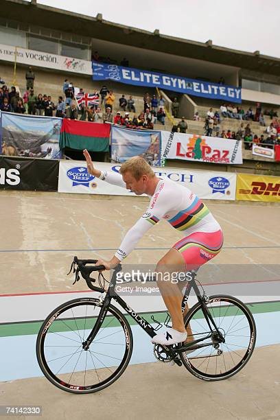 Chris Hoy of Great Britain salutes the crowd after his failed attempt to break the World 1 Kilometre Altitude Record at the Alto Irpavi Velodrome May...