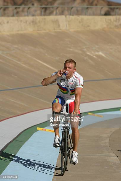 Chris Hoy of Great Britain takes on oxygen after his second failed attempt to break the World 1 Kilometre Altitude Record at the Alto Irpavi...