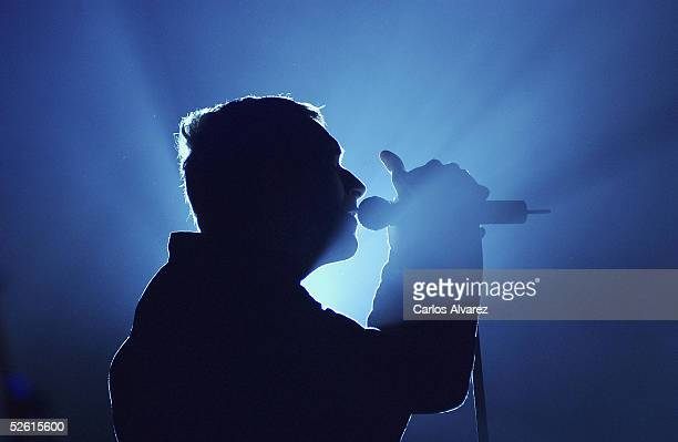 """Chris Martin of Coldplay performs on stage presenting their new album """"X&Y"""" at the Pacha Club on April 11, 2005 in Madrid, Spain."""