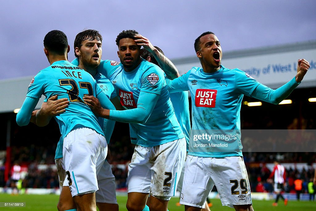 Chris Martin of Derby celebrates with his teammates after he scores his sides third goal during the Sky Bet Championship match between Brentford and Derby County at Griffin Park on February 20, 2016 in Brentford, United Kingdom.