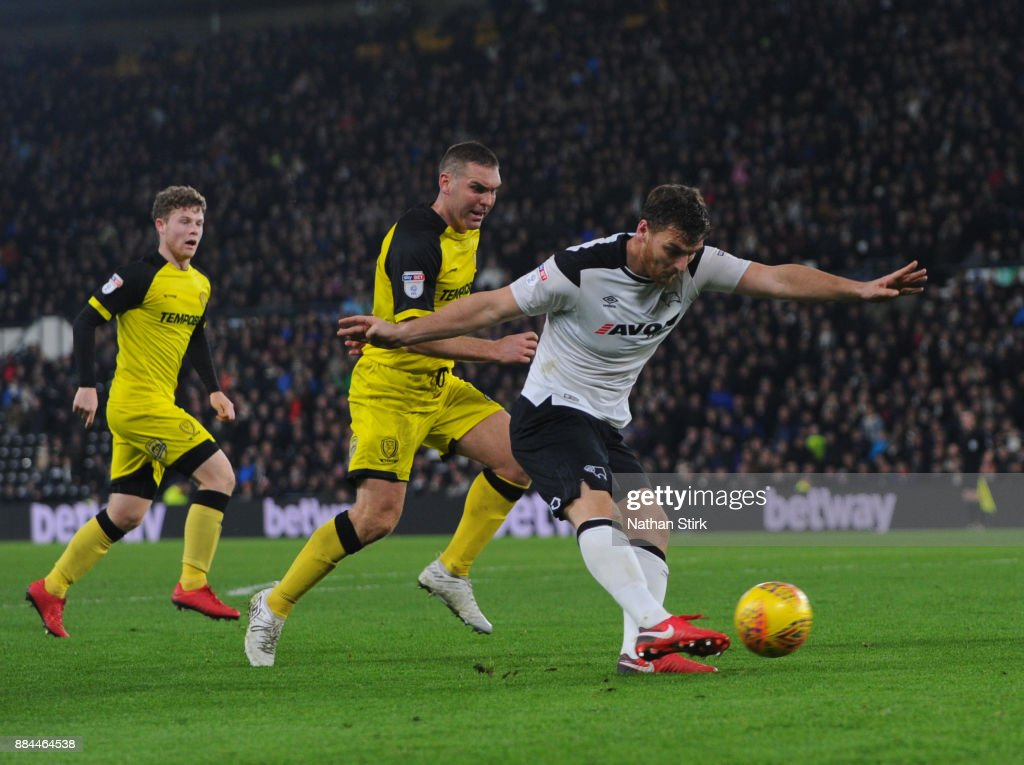 Chris Martin of Derby County shoots at goal during the Sky Bet Championship match between Derby County and Burton Albion at iPro Stadium on December 2, 2017 in Derby, England.
