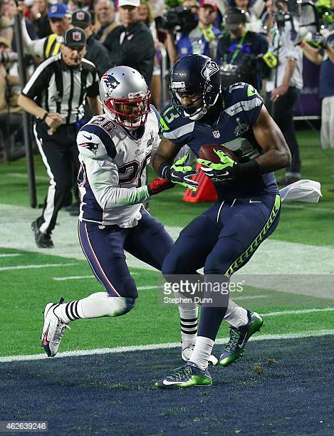 Chris Matthews of the Seattle Seahawks scores an 11 yard touchdown late in the second quarter against Logan Ryan of the New England Patriots during...