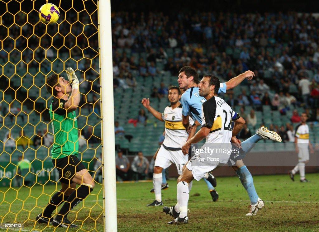 A-League Preliminary Final - Sydney FC v Phoenix : News Photo