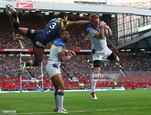 Chris Riley of Warrington Wolves beats Kallum Watkins of Leeds Rhinos to the ball during the Stobart Super League Grand Final between Warrington...