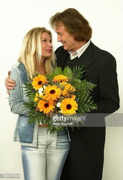 Chris Roberts, Ehefrau Claudia Roberts, Hochzeitstag, Studio, , Sänger, Blume, Blumen, Strauss, Frau, umarmen, Promi, Promis, Prominente, Prominenter,