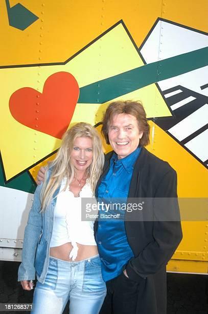 """Chris Roberts, Ehefrau Claudia Roberts, """"Startreff"""", Möbelhaus """"Meyerhoff"""", Osterholz-Scharmbeck, , umarmen, Sängerin, Schlagersängerin, Sänger,..."""