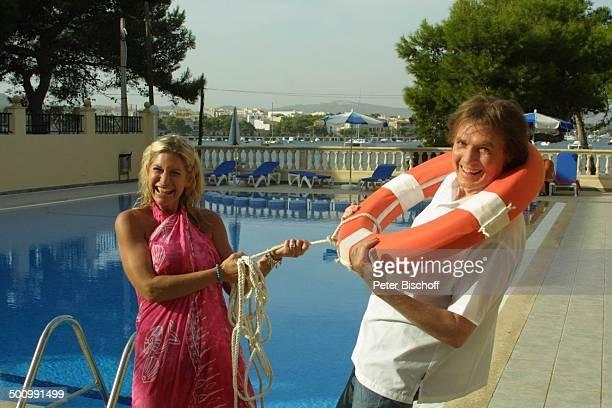 Chris Roberts, Ehefrau Claudia Roberts, Urlaub, Puerto Colom/Mallorca/Spanien, , Balearen, Appartment, Pool, Rettungsring, Sänger, Sängerin, Ehemann,...