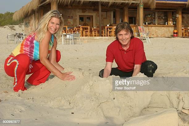 Chris Roberts, Ehefrau Claudia Roberts, Urlaub, Strand Es Trenc/Mallorca/Spanien, , Balearen, Sandburg, Sänger, Sängerin, Ehemann, Familie,...
